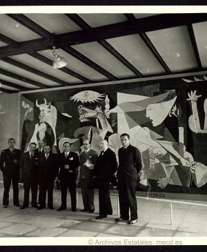 Members of the Euskadi government in front of Guernica