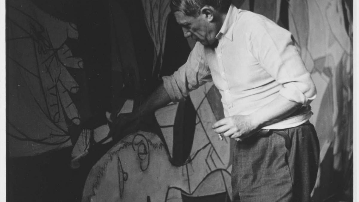 Picasso fotografiado por Dora Maar trabajando en Guernica en su taller de la rue des Grands-Agustin