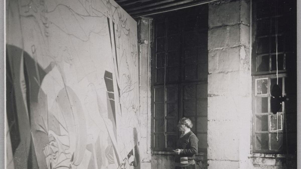 Picasso fotografiado por Dora Maar de pie ante Guernica