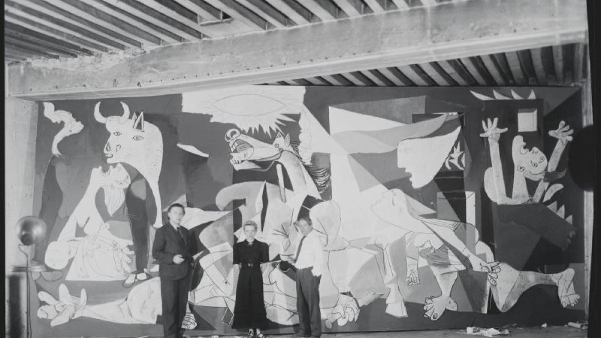 Pablo Picasso, André Breton y Jacqueline Lamba fotografiados por Dora Maar en el taller de la Rue des Grands-Augustins ante Guernica durante el proceso de creación