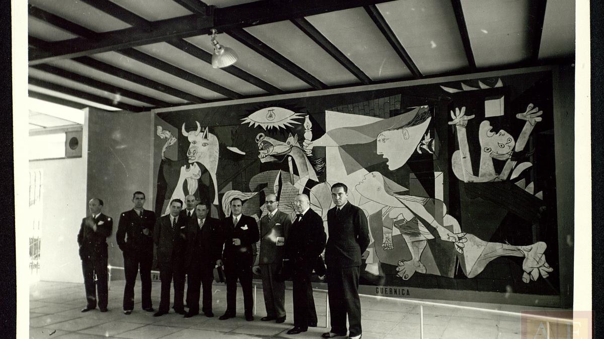 Miembros del Gobierno de Euskadi en el Pabellón de España ante Guernica