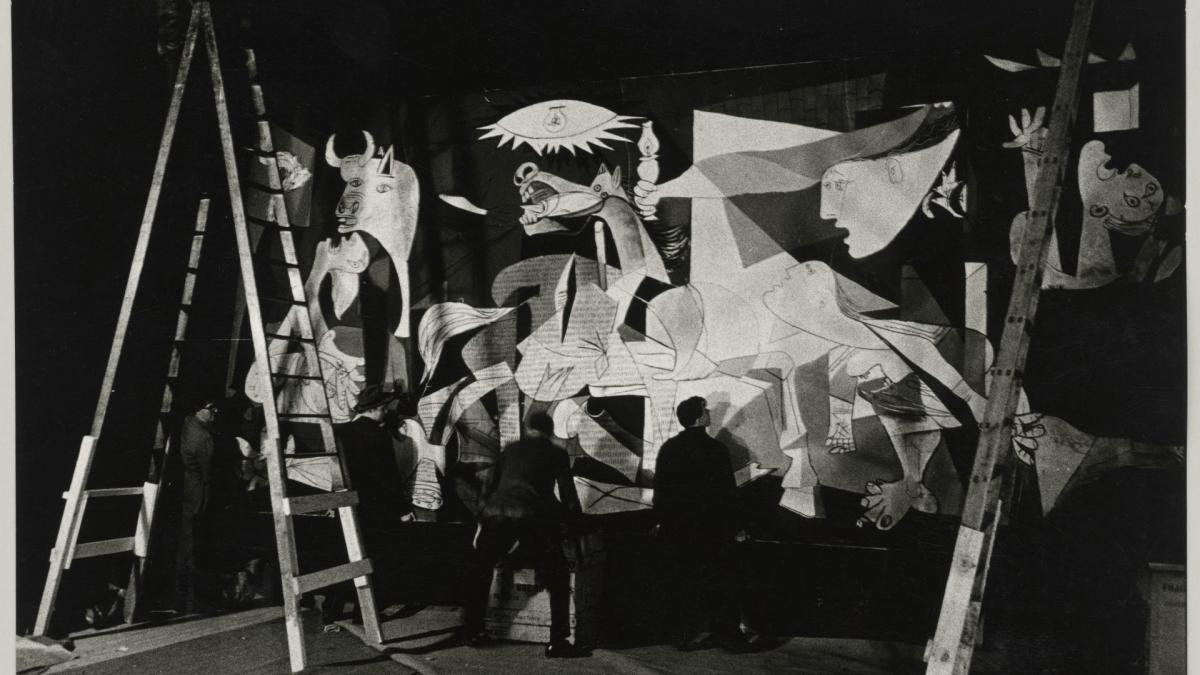Photograph of the installation of the exhibition Guernica, avec 60 études at the Nationalmuseum, Stockholm