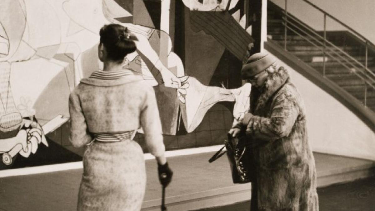 The installation of Guernica at the exhibition Picasso in Cologne