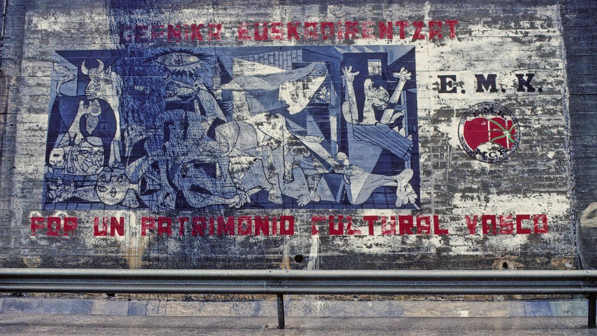 Mural con las siglas del Movimiento Comunista de Euskadi