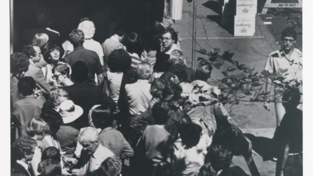 Visitantes esperando para entrar en la exposición Pablo Picasso: A Retrospective del Museum of Modern Art de Nueva York