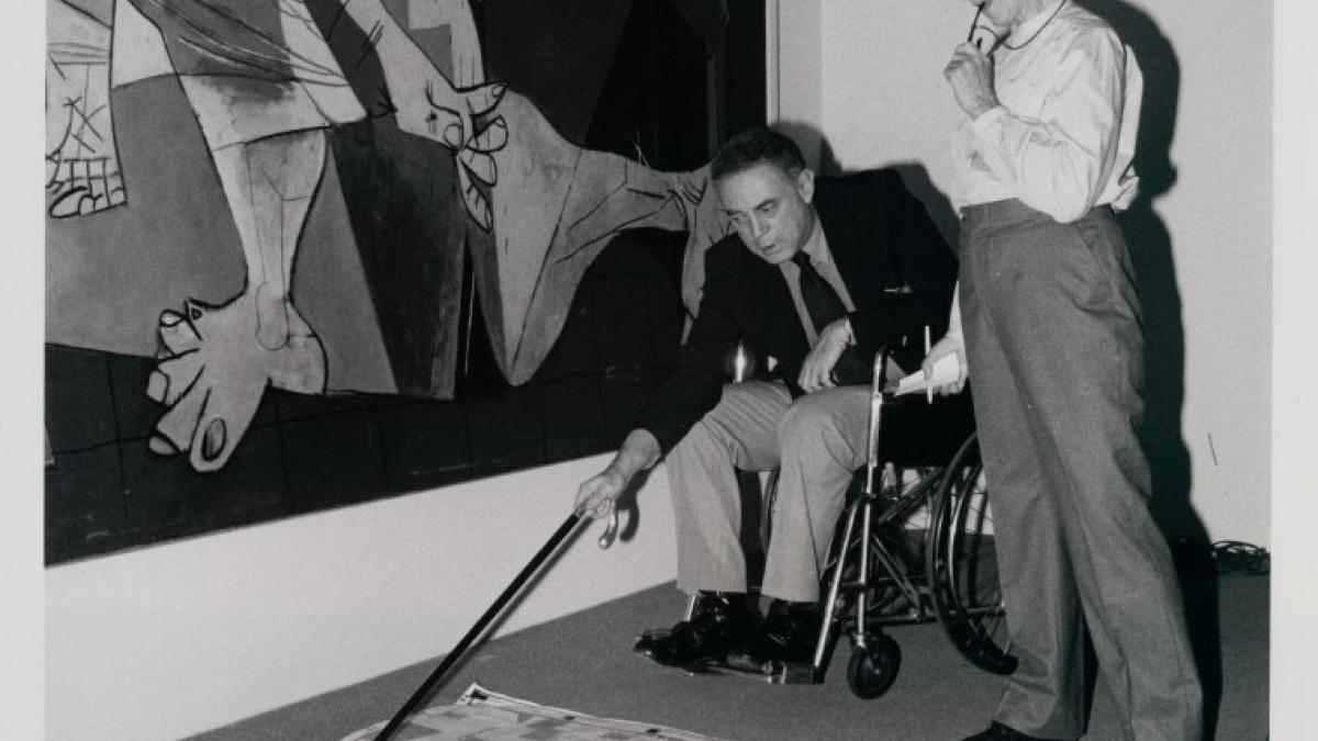 William Rubin y Alicia Legg preparando la exposición «Pablo Picasso: A Retrospective»