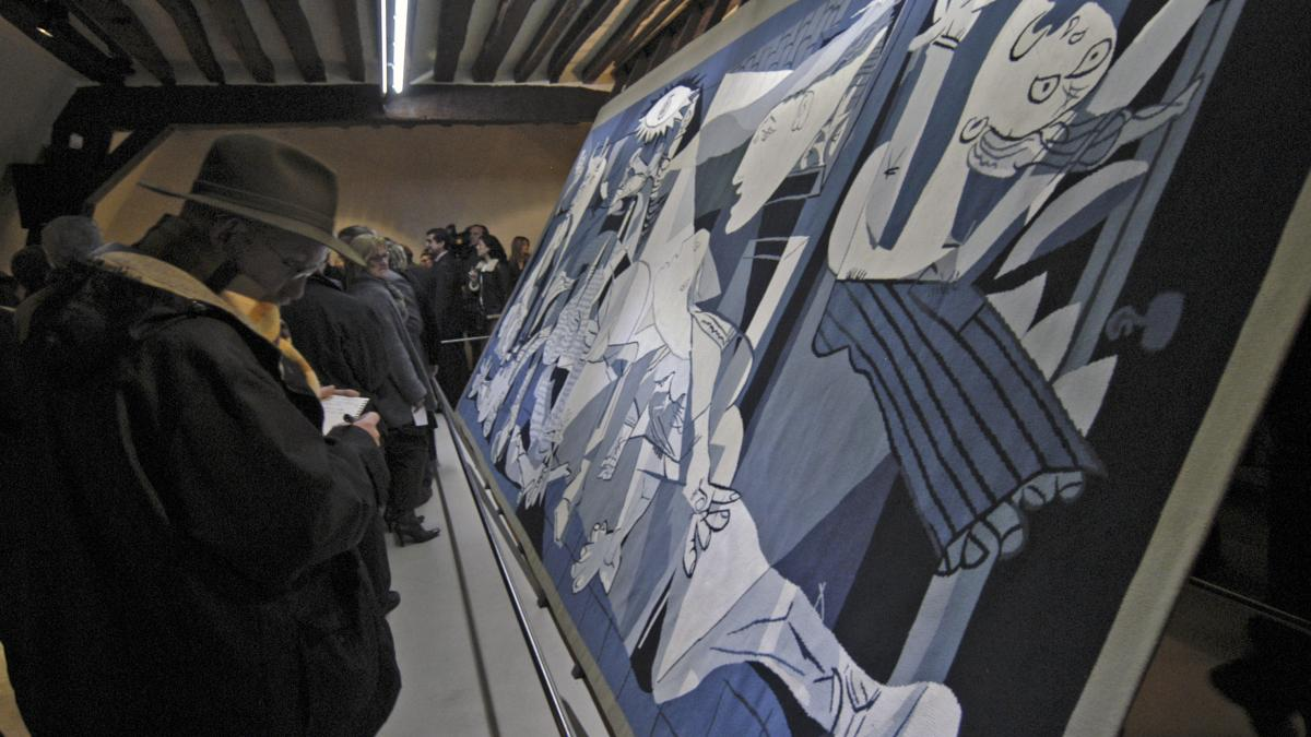 Display of the replica Guernica tapestry at Atelier Picasso, Paris