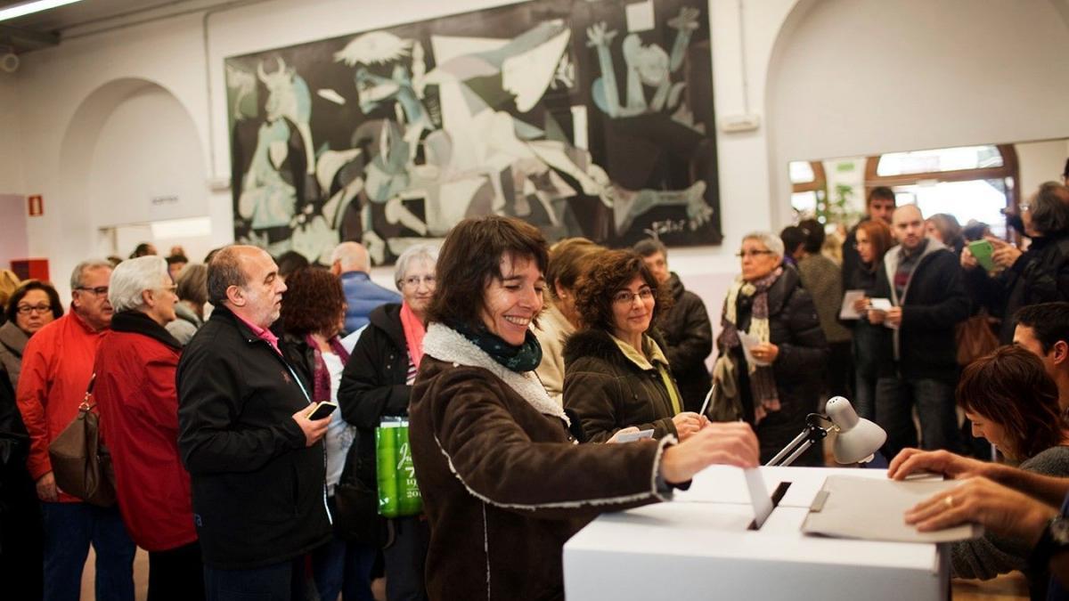 Votantes en el referéndum simbólico sobre la independencia de Cataluña