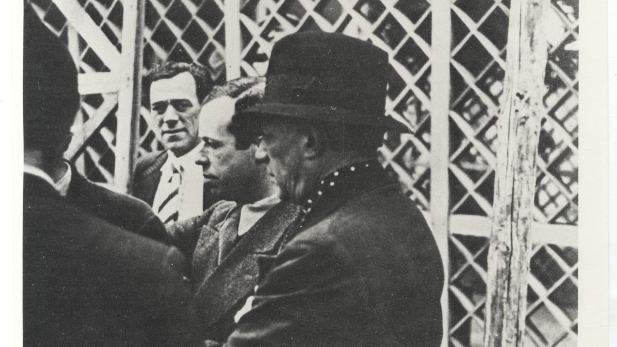 Pablo Picasso y Josep Lluís Sert visitando las obras del Pabellón de España