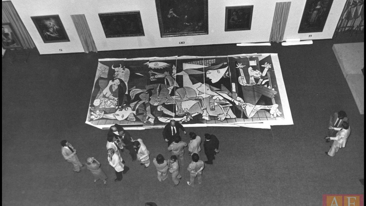 Zenithal view of the reproduction of Guernica to test the installation in the Casón del Buen Retiro