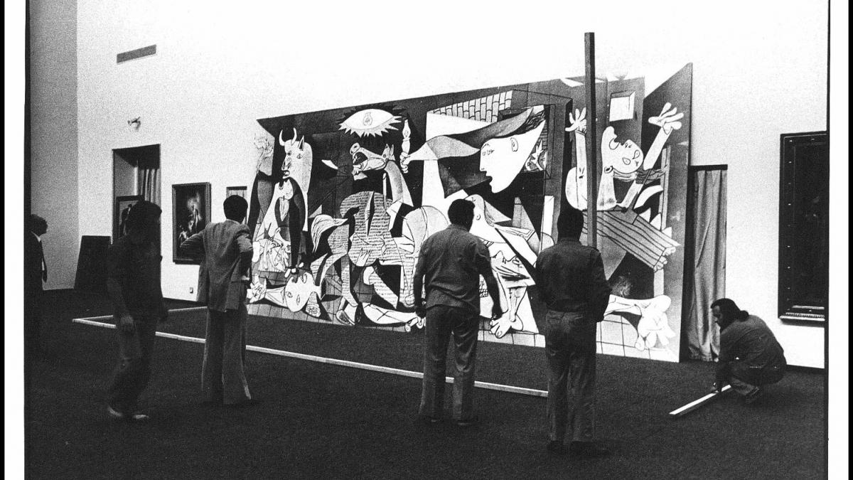 Placing the reproduction of Guernica for the test installation in the Casón del Buen Retiro