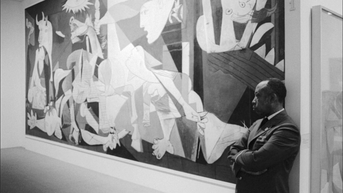 Vigilante del Museum of Modern Art de Nueva York junto a Guernica