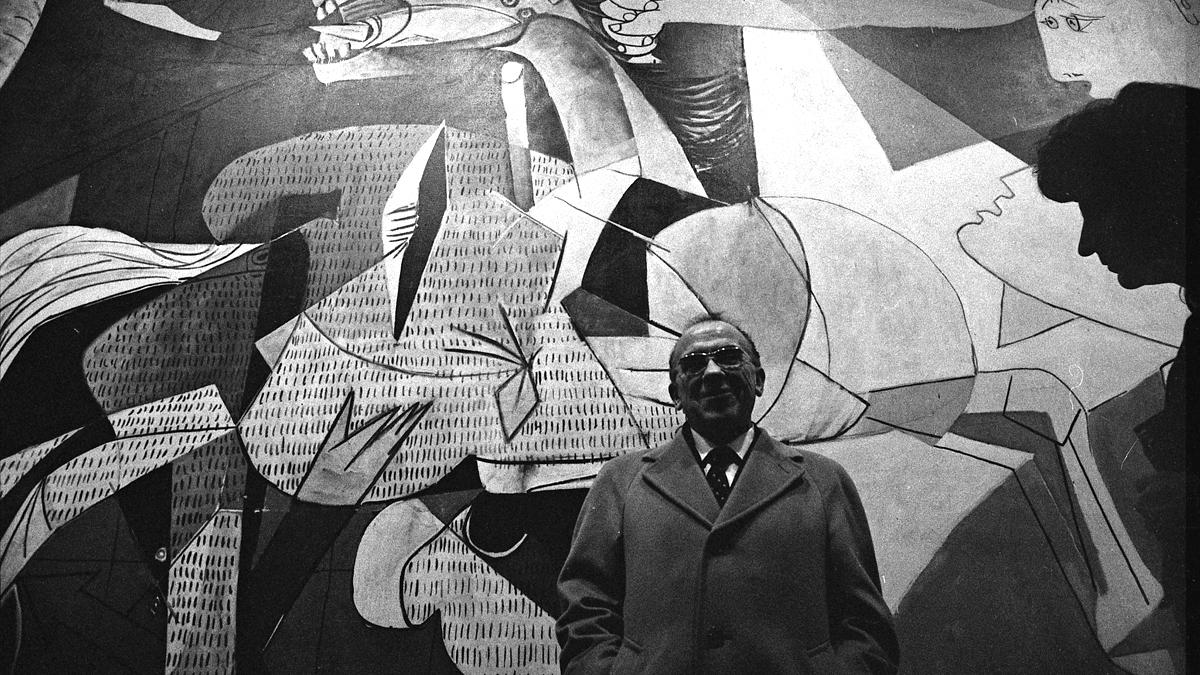 Santiago Carrillo in front of Guernica