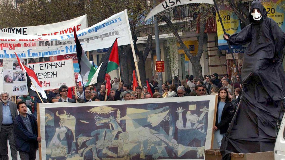 A banner with a reproduction of Guernica during a demonstration in support of Iraq and Palestine