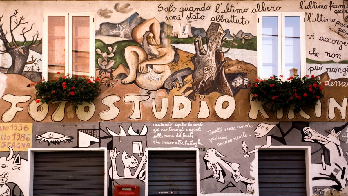 Réplica de Guernica en un estudio fotográfico de Orgosolo