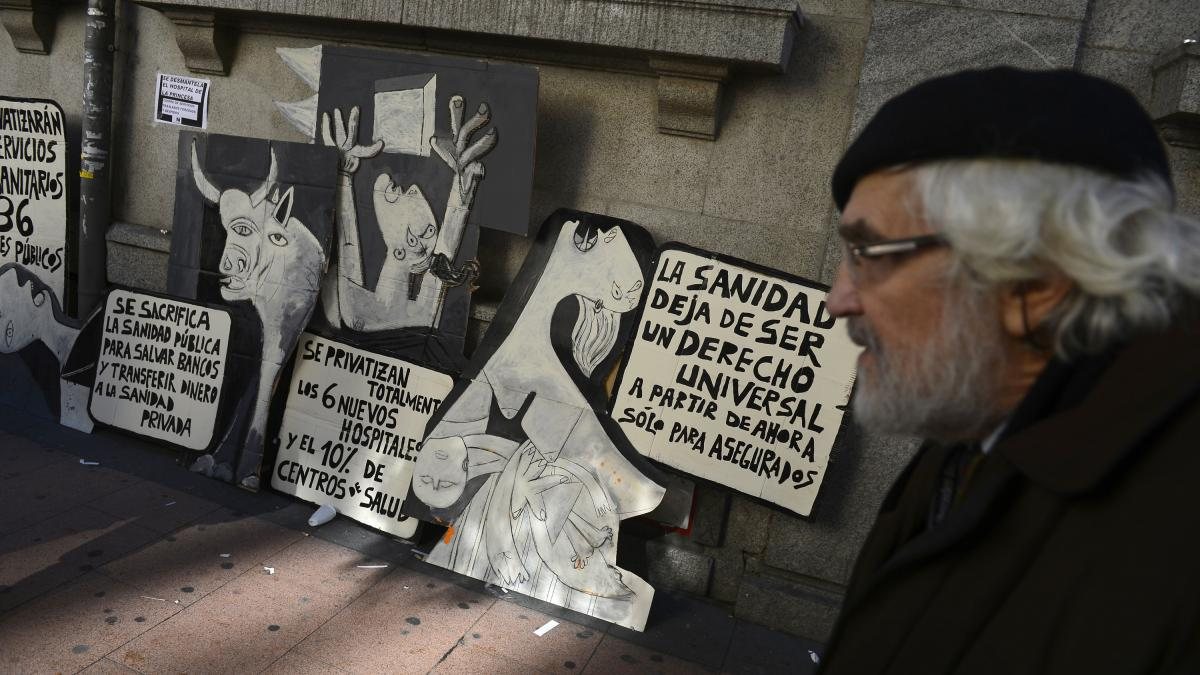 Pancartas con fragmentos de Guernica en las protestas contra los recortes en Sanidad en el hospital Princesa