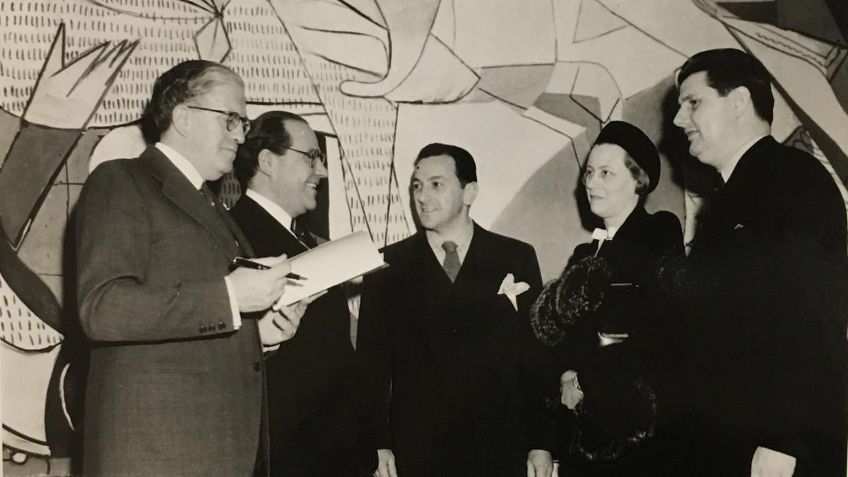 Julio Álvarez del Vayo, ministro de Estado, en la inauguración de la exposición Picasso's Guernica de la Valentine Gallery